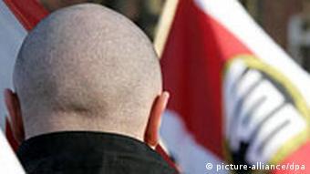 Neonazi vor NPD-Fahne