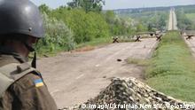 Ukraine Donezk Ukrainischer Soldat an Grenzlinie