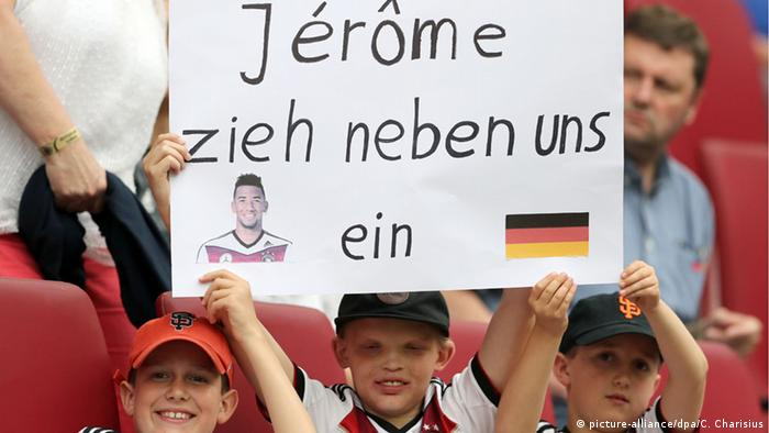 Junge Fußballfans halten ein Solidaritätsplakat für Boateng in die Höhe (Foto: dpa)