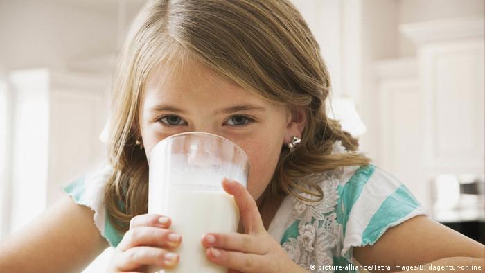 Mädchen trinkt Milch