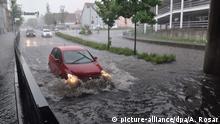28.05.2016+++ Ein Kleinwagen fährt am 28.05.2016 in Nürtingen (Baden-Württemberg) durch hohes Wasser, das nach starken Regenfällen in einer Unterführung steht. +++(c) picture-alliance/dpa/A. Rosar