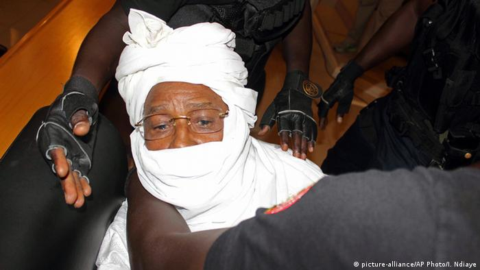 Tschads Ex-Diktator Hissene Habre im Gericht in Dakar (Foto: AP Photo/Ibrahima Ndiaye file)