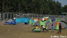 Neues Flüchtlingscamp in Belgrad Foto: Lidija Tomic, DW, Belgrade, May 2016 Children playing with a trash can near the Hungarian border Copyright: DW/L. Tomic