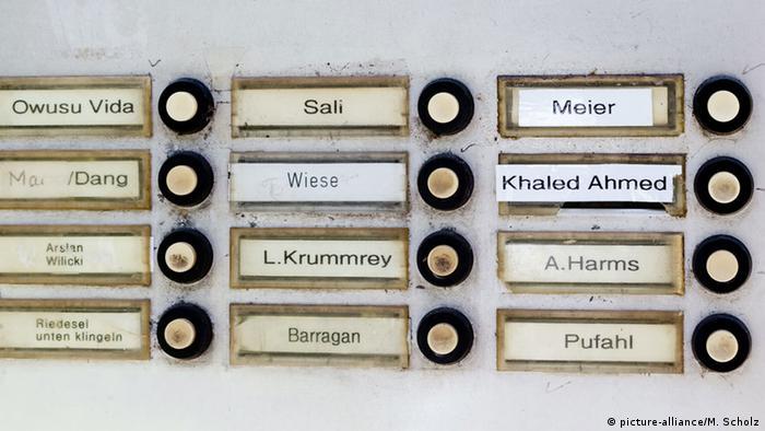 Дверные звонки с именами жильцов