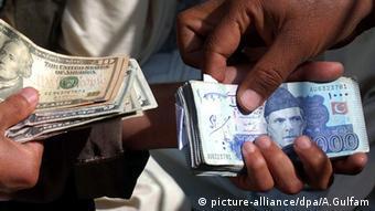 Pakistan Währung Wechsel Dollar Rupien Geldscheine