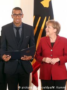 Deutschland Berlin Angela Merkel und Jerome Boateng