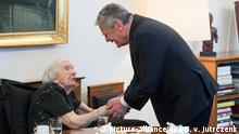 Deutschland Joachim Gauck empfängt Ljudmila Aleksejewa im Schloss Bellevue in Berlin