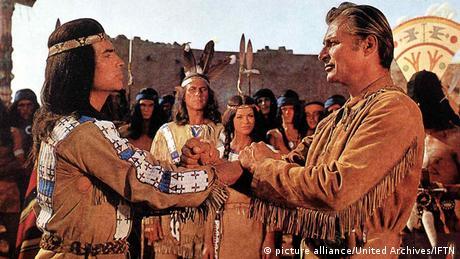 Winnetou (l.) und Old Shatterhand schließen Blutsbrüderschaft - Filmszene aus Winnetou I (Foto: picture alliance/United Archives/IFTN)