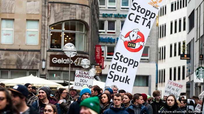 Protest in Köln gegen TTIP & CETA & TISA (Foto: picture alliance)