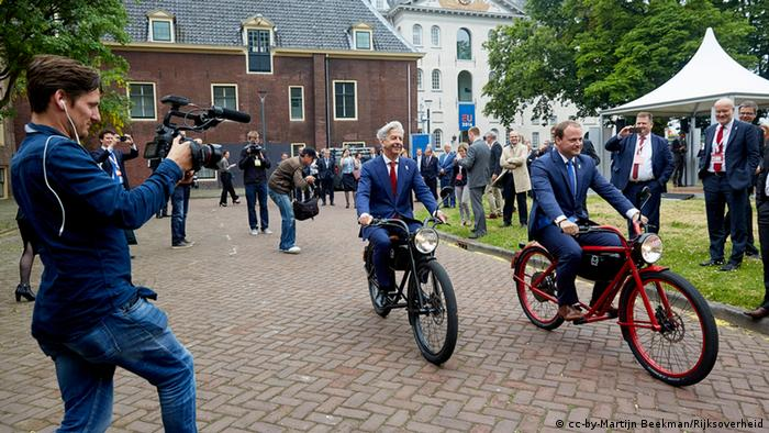 Dutch interior minister Ronald Plasterk leads other EU interior ministers in a bike ride at a meeting in Amsterdam (Photo: Martijn Beekman/Rijksoverheid)