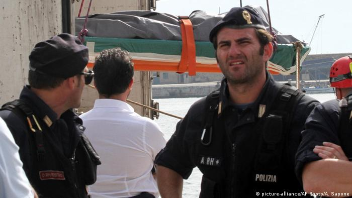 Cadaver de un migrante ahogado frente a las costas de Calabria, Italia