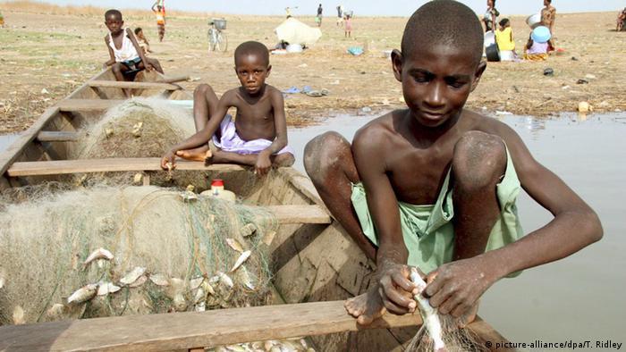 Le Ghana est aussi touché par le fléau. Des enfants sur le Lac Volta au Ghana