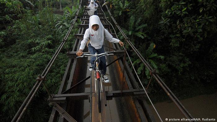Gefährliche Schulwege in Indonesien (picture alliance/AA/A. Rudianto)