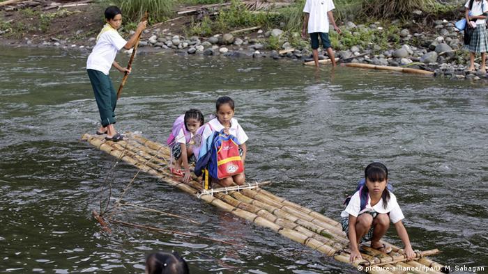 Philippinen Gefährliche Schulwege (picture-alliance/dpa/D. M. Sabagan)