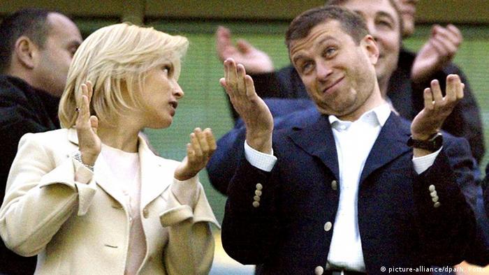 رومان آبراموویچ، میلیاردر روس نه تنها صاحب تیم فوتبال چلسی لندن است و یک کشتی تفریحی ۱۱۵ متری لوکس دارد، بلکه برای مسافرت از بوئینگ ۷۶۷ اختصاصی خود نیز استفاده میکند. این بوئینگ در لوگزامبورگ با مجوز P4 MES به ثبت رسیده است و هزینه سالانه آن ۳ میلیون و ۵۸۰ هزار دلار است.