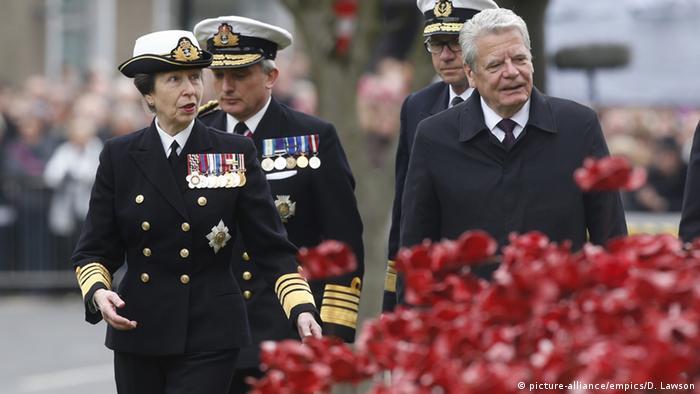 Princesa Anne e presidente alemão, Joachim Gauck, durante cerimônia na Escócia