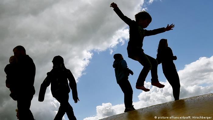 Deutschland Symbolbild Kinderarmut (picture-alliance/dpa/R. Hirschberger)