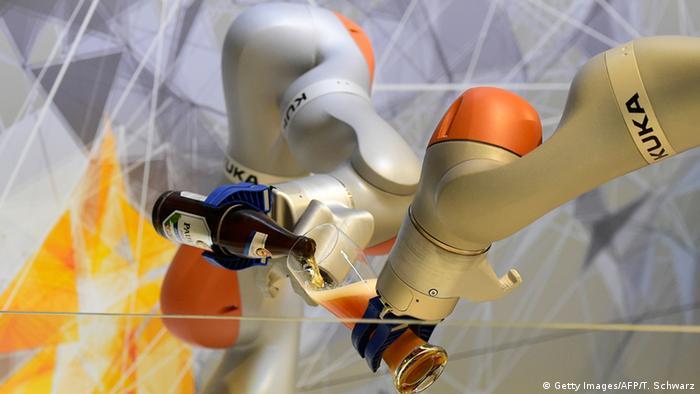 Робот Kuka разливает пиво из бутылки