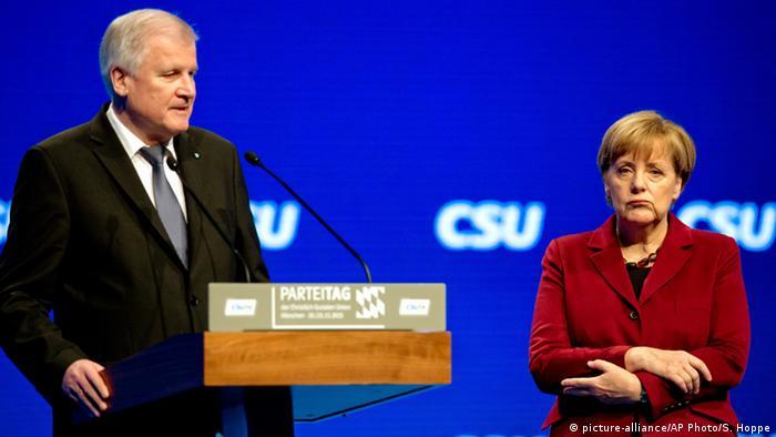 Deutschland CSU-Parteitag Horst Seehofer & Bundeskanzlerin Angela Merkel (picture-alliance/AP Photo/S. Hoppe)