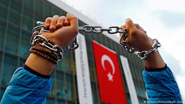 Unterstützer der Bewegung von Fetullah Gülen protestieren vor der Zeitung Zaman in Istanbul
