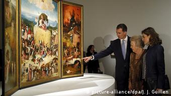 Spanish King Felipe, Dutch Princess Beatrix, Spanish Queen Letizia (L-R) look at the painting 'The Haywain Triptych' at the opening of the 500th anniversary of Dutch artist Hieronymus Bosch at El Prado Museum in Madrid, Spain Copyright: picture-alliance/J. J. Guillen