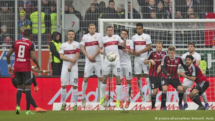 Стінка з футболістів під час штрафного удару