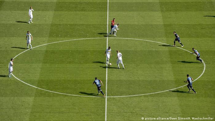 Розіграш м'яча у центрі поля