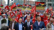 28.05.2016++++++++ Türkische Verbände demonstrieren gegen Armenien-Resolution in Berlin ; Der Bundestag stimmt in wenigen Tagen darüber ab, ob das Massaker an den Armeniern 1915 als Völkermord zu benennen ist. Türkische Organisationen protestieren dagegen in Berlin. Seit Tagen üben sie bereits Druck auf türkischstämmige Abgeordnete aus. (c) DW/O. Coskun