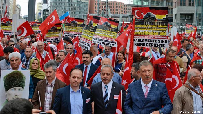 Берлин. Демонстрация турецких объединений против резолюции бундестага