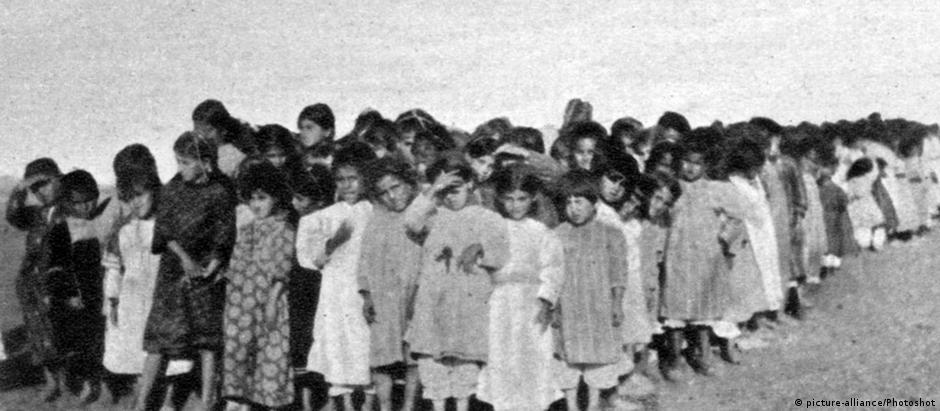 Crianças armênias resgatadas dos turcos em 1915, esperando distribuição de comida