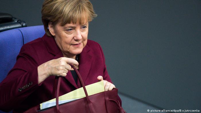 Angela Merkel mit roter Handtasche