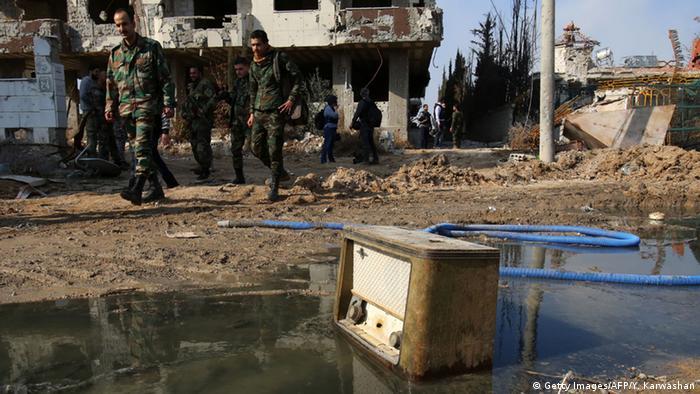 Syrien Daraya Soldaten auf Patrouille in Daraya