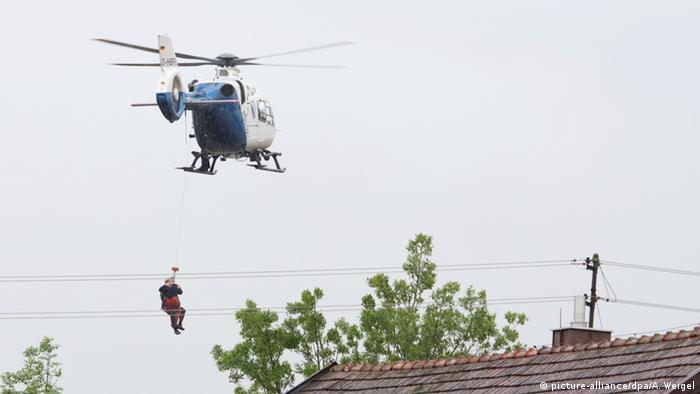 Ein Hubschrauber rettet eine Person vom Dach eines überfluteten Hauses (Foto: dpa)