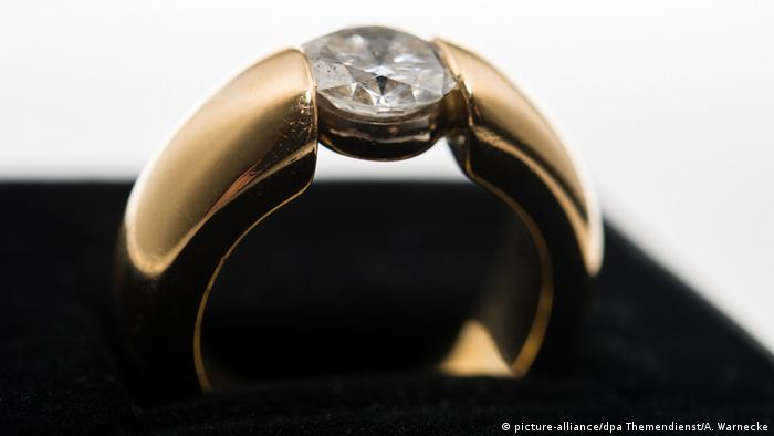 Symbolbild Ring (picture-alliance/dpa Themendienst/A. Warnecke)