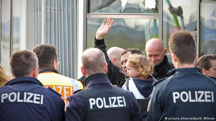 Flughafen Leipzig-Halle Abschiebung abgelehnter Asylbewerber (picture alliance/dpa/S. Willnow)