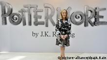 ARCHIV - Die britische Autorin J.K. Rowling posiert während einem Fototermin zur Ankündigung der neuen Website «Pottermore» am 23.06.2011 in London, Großbritannien. Foto: EPA/ANDY RAIN (zu dpa «Harry Potter als Familienvater - neues Buch kommt im Sommer» vom 11.02.2016) +++(c) dpa - Bildfunk+++   © picture-alliance/dpa/A.Rain