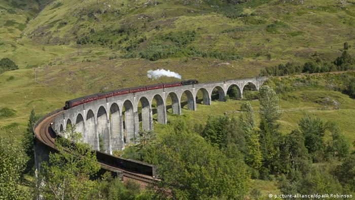 Die schottische Jacobite Dampflock fährt über das Glenfinnan-Viadukt. (Foto: dpa)
