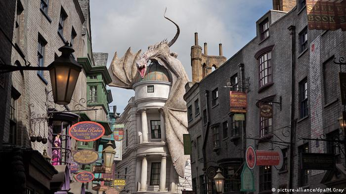 Wizarding World of Harry Potter Florida USA: Die Winkelgasse mit der Gringotts-Bank. (Foto: dpa)
