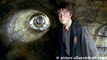 Harry Potter (Daniel Radcliffe) entdeckt in dem neuen Kinofilm Harry Potter und die Kammer des Schreckens (Szenenfoto) einen geheimnisvollen Gang - wo mag er hinführen? Für den jungen Zauberlehrling Harry beginnt das zweite Ausbildungsjahr an der Hogwarts-Schule für Hexerei und Zauberei. Dort sind seine Heldentaten aus dem ersten Jahr inzwischen zum Tagesgespräch geworden. Als ein unfassbarer und unheimlicher Schrecken von Hogwarts Besitz ergreift, entschließen sich Harry und seine Mitstreiter der finsteren Macht gegenübertreten, die ihre geliebte Schule bedroht. Ein gefährliches Abenteuer nimmt seinen Lauf... Starttermin der Fortsetzung des Erfolgsfilms Harry Potter und der Stein der Weisen (2001) nach der Romanvorlage von J. K. Rowling ist der 14.11.2002. | Verwendung weltweit © picture-alliance/dpa/Warner