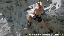 ARCHIV - Eine Frau klettert am 28.04.2008 in München (Oberbayern) an einer Kletterwand des Deutschen Alpenvereins. Foto: Frank Leonhardt/dpa (zu dpa Tokio möchte Surfen, Skateboard, Klettern olympisch machen am 28.09.2015) +++(c) dpa - Bildfunk+++   Verwendung weltweit © picture-alliance/dpa/F.Leonhardt