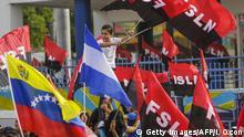 Nicaragua Managua Sardinisten mit Fahnen bei El Replieque Feier
