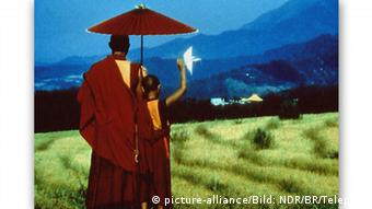 A monk walking across a green field in The Cup shows that also football can profit from quietude Copyright: picture-alliance/Bild: NDR/BR/Telepool