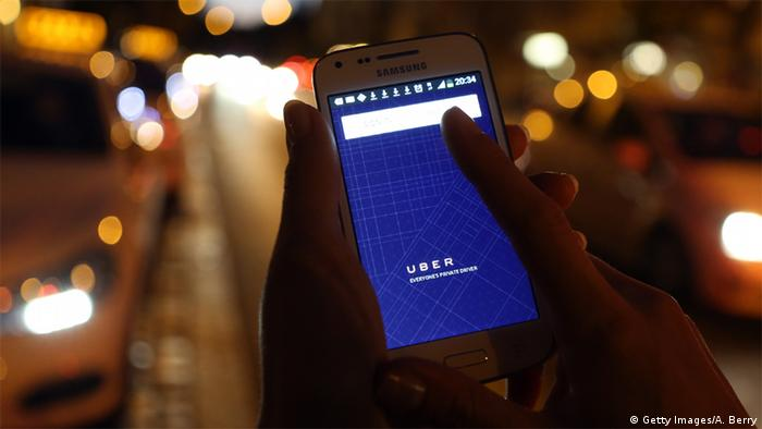 Deutschland App Uber - Smartphone neben Taxis (Getty Images/A. Berry)
