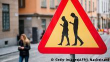 Schweden Stockholm Verkehrsschild warnt vor Smartphone-Nutzung
