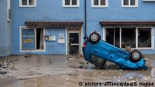 02.06.2016++++++++Ein Auto liegt auf dem Dach am 02.06.2016 in den Straßen in Simbach am Inn (Bayern). Ein Hochwasser hat im niederbayerischen Landkreis Rottal-Inn mindestens vier Tote gefordert. | Verwendung weltweit (c) picture-alliance/dpa/S. Hoppe