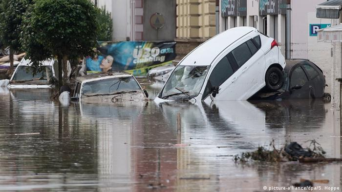 Cars stand mostly underwater at a town square in Bavaria (Photo: picture-alliance/dpa/S. Hoppe)