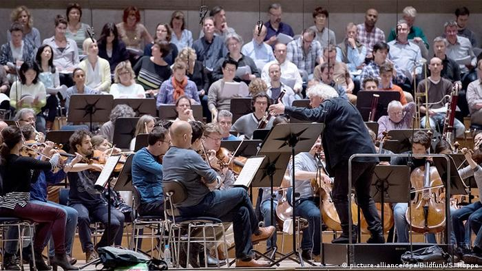 Simon Rattle conducts the Youth Orchestra in Berlin, (c) picture-alliance/dpa/Bildfunk/S. Hoppe