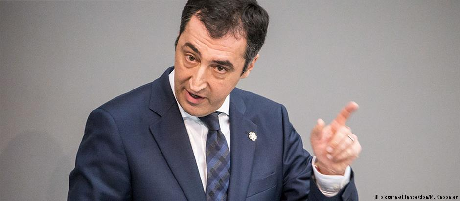 Deputado Cem Özdemir, que votou a favor da resolução, foi colocado sob proteção policial após ameaças de morte