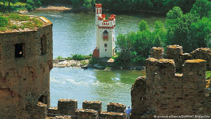 The Mouse Tower in Bingen, marking the narrow entrance to the romantic Rhine (picture-alliance/DUMONT Bildarchiv)