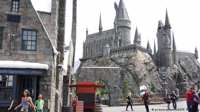 Nachtgestellte Zauberschule Hogwarts im Universal-Vergnügungspark in Florida. (Foto: picture alliance/AA/M. N. Eroglu)